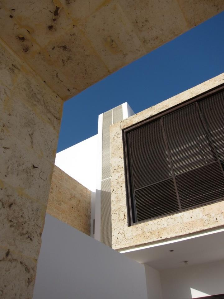 إستخدام الحجر المنقبي في الواجهات و تنسيق الكتل المعمارية يحاكي مباني جدة التقليدية بمفهوم معاصر