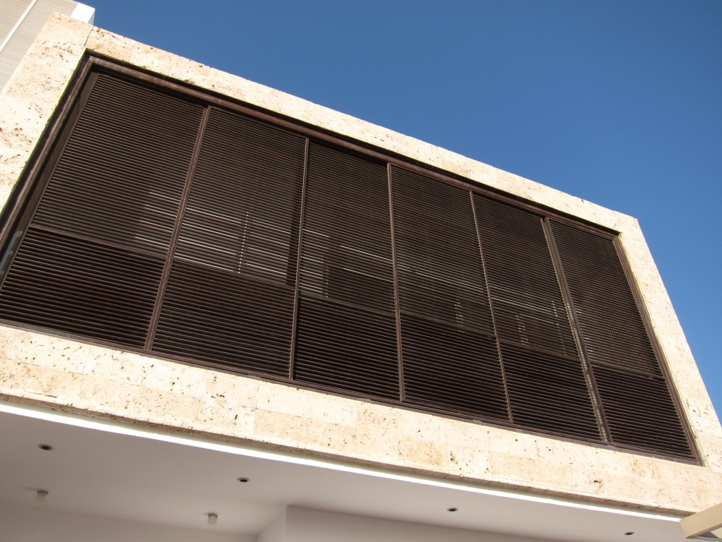 إستخدام الشراعة المصنوعة من الألمنيوم لتحاكي وظيفة رواشين مباني جدة التقليدية